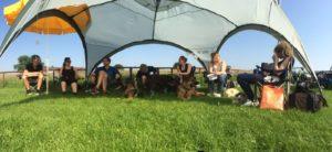 gezellig in een tent bij een combisport wedstrijd